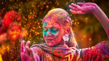 indian-woman-dancing-in-holi-festival-in-india