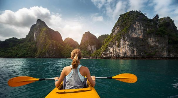 go-kayaking-around-cat-ba-island-hellovietnam1512984842